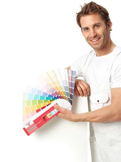 schilder met kleurenwaaier